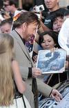 """Ator norte-americano Chuck Norris é visto autografando cartazes na estréia do filme """"Mercenários 2"""" no Teatro Chinês, Hollywood, nos EUA. E não é que Chuck Norris volta da aposentadoria para salvar o dia? Mais uma vez. Até ele entrar em cena, """"Os Mercenários 2"""" é relativamente engraçado e parece se levar a sério demais. 15/08/2012 REUTERS/Mario Anzuoni"""