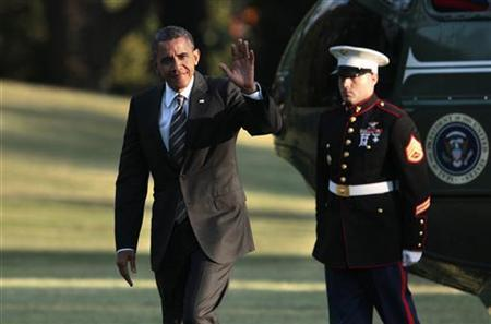 U.S. President Barack Obama waves as he walks on the South Lawn of the White House upon his return to Washington, August 29, 2012. REUTERS/Yuri Gripas