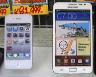 <p>Un iPhone (à gauche) et un Galaxy Note dans une boutique à Tokyo. Une semaine après la victoire d'Apple face à Samsung devant la justice américaine dans un dossier de propriété intellectuelle, une juridiction japonaise a donné raison vendredi au sud-coréen dans un litige du même ordre l'opposant au groupe à la pomme. /Photo prise le 31 août 2012/REUTERS/Kim Kyung-Hoon</p>