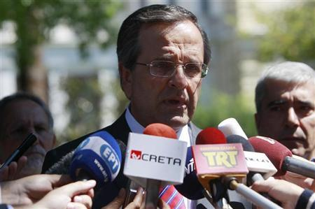 Greece's Prime Minister Antonis Samaras (C) addresses journalists after a meeting with Greek president Karolos Papoulias in Athens August 28, 2012. REUTERS/John Kolesidis