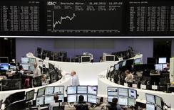 Трейдеры работают в зале Франкфуртской фондовой биржи, 31 августа 2012 г. Европейские акции растут после трех дней спада, так как инвесторы, ожидающие выступления главы ФРС Бена Бернанке в пятницу, надеются на новые стимулирующие меры Европейского Центробанка на будущей неделе. REUTERS/Reuters Staff