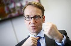 <p>Les envies de démission prêtées au président de la Bundesbank, Jens Weidmann (photo), par la presse allemande, risquent de compliquer encore la tâche du président de la BCE, Mario Draghi, dont le plan de rachats d'obligations d'Etat devra faire taire ses détracteurs sans pour autant compromettre son efficacité face à la crise de la dette. /Photo prise le 16 avril 2012/REUTERS/Kai Pfaffenbach</p>
