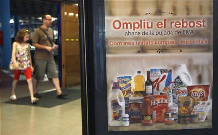 People walk into a supermarket in Sant Joan Despi, near Barcelona August 31, 2012. REUTERS/Gustau Nacarino