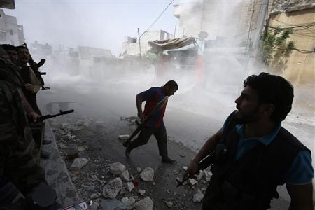 Free Syrian Army fighters run for cover after Syrian forces fired a mortar in the El Amreeyeh neighborhood of Syria's northwestern city of Aleppo August 30, 2012. REUTERS/Youssef Boudlal