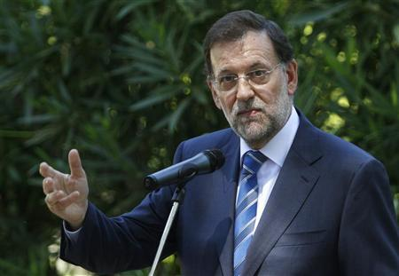 Spain's Prime Minister Mariano Rajoy speaks during a statement to members of the media after a meeting with King Juan Carlos at the Marivent Palace in Palma de Mallorca, August 14, 2012. REUTERS/Enrique Calvo