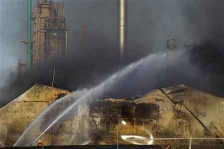 Firefighters work at extinguishing flames from fuel storage tanks at Amuay oil refinery in Punto Fijo, in the Peninsula of Paraguana, August 28, 2012. REUTERS/Carlos Garcia Rawlins