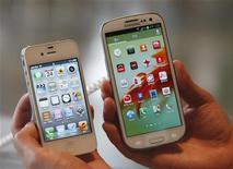 """<p>Côte-à-côte, un iPhone 4S de Samsung et un Galaxy SIII d'Apple. Une semaine après une victoire majeure dans le conflit qui l'oppose à Samsung Electronics sur le terrain de la propriété intellectuelle, Apple a demandé vendredi à un tribunal fédéral américain chargé d'un dossier distinct de se prononcer sur quatre autres produits du sud-coréen, parmi lesquels le """"smartphone"""" Galaxy S III. /Photo d'archives/REUTERS/Lee Jae-Won</p>"""