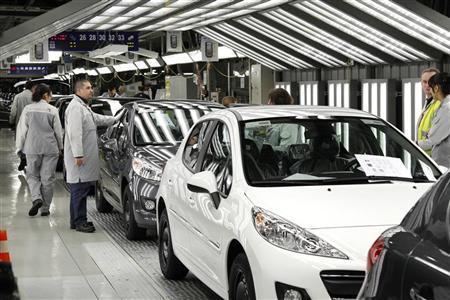 An employee works in the assembly line of the Peugeot 207 at the PSA Peugeot Citroen plant in Poissy, near Paris, January 27, 2012. REUTERS/Benoit Tessier