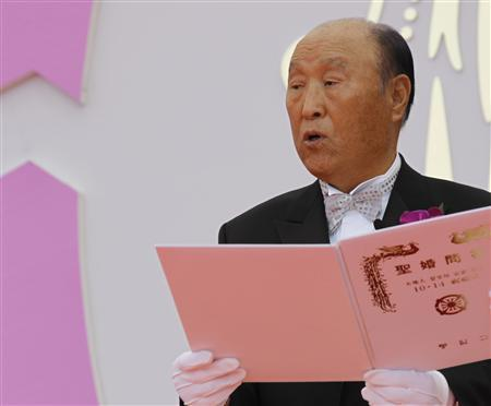 REFILE - CLARIFYING DATE OF DEATH Evangelist reverend Moon Sun-myung proclaims marriage at a mass wedding ceremony of the Unification Church at Sun Moon University in Asan, south of Seoul in this October 10, 2010 file photo. Sun Myung Moon, founder and head of the Unification Church with millions of followers around the world, died at a retreat near the South Korean capital Seoul on September 3, 2012, church officials said. Moon was 92 and had suffered complications from pneumonia, said the officials. REUTERS/Lee Jae-Won/Files
