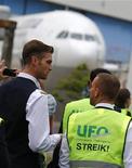 <p>Le personnel de bord de Lufthansa a appelé à un nouvel arrêt de travail mardi après une première journée de grève, vendredi, qui avait paralysé l'aéroport de Francfort. /Photo prise le 3 août 2012/REUTERS/Kai Pfaffenbach</p>