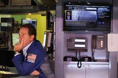 Трейдер работает в торговом зале биржи в Нью-Йорке, 31 августа 2012 года. Знаменуя окончание лета, объемы торгов на Уолл-стрит могут вырасти на этой неделе, особенно учитывая, что инвесторы надеются на принятие новых антикризисных мер Европейского центробанка уже в сентябре. REUTERS/Lucas Jackson