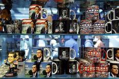 Кружки с портретами Барака Обамы и Митта Ромни в магазине в Вашингтоне 25 июля 2012 года. Демократы официально выдвинут президента США Барака Обаму на второй срок в ходе партийного съезда в Северной Каролине на этой неделе. REUTERS/Jonathan Ernst