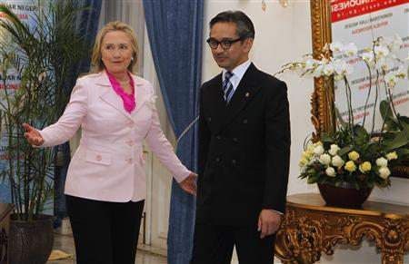 U.S. Secretary of State Hillary Clinton (L) gestures next to Indonesia's Foreign Minister Marty Natalegawa during their meeting in Jakarta September 3, 2012. REUTERS/Enny Nuraheni