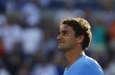 O suíço Roger Federer observa o público após derrotar o espanhol Fernando Verdasco numa partida individual no Aberto de Nova York. 1/09/2012 REUTERS/Jessica Rinaldi