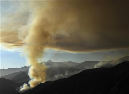 A plume of thick smoke rises from the hills above San Gabriel mountains in the Angeles National Forest, California, along Highway 39 on Azusa Canyon September 2, 2012. REUTERS/Gene Blevins