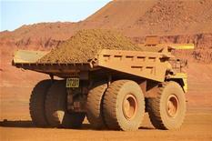 Грузовик компании Fortescue Metals Cloudbreak перевозит железную руду на руднике в 250 километрах от Порт-Хедленд (Австралия), 25 июля 2011 года. Австралийская горнорудная компания Fortescue Metals Group Ltd вслед за более крупным конкурентом BHP Billiton объявила о сокращении инвестиций и пересмотре планов расширения с учетом снижения цен на сырье и спроса в Китае. REUTERS/Morag MacKinnon