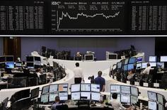 Трейдеры работают в торговом зале Франкфуртской фондовой биржи, 3 сентября 2012 года. Европейские акции снижаются, поскольку инвесторы проявляют осторожность накануне совещания Европейского центробанка в четверг. REUTERS/Remote/Lizza May David