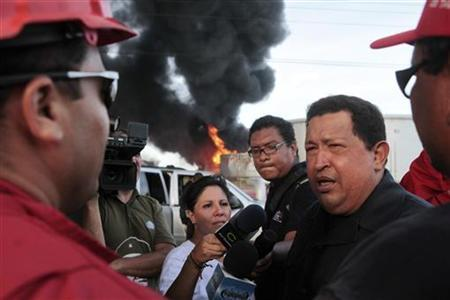 Venezuelan President Hugo Chavez talks to oil workers while he visits the Amuay refinery a day after an explosion in Punto Fijo in the Peninsula of Paraguana August 26, 2012. REUTERS/Miraflores Palace/Handout