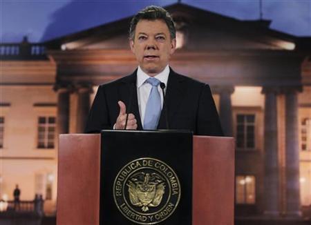 Colombia's President Juan Manuel Santos speaks to the media at the Narino Presidential house in Bogota August, 27, 2012. REUTERS/John Vizcaino