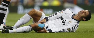 Jogador do Real Madrid, Cristiano Ronaldo, é visto sentindo contusão em jogo contra o Granada, em Madri, na Espanha. O atacante disse nesta terça-feira que sua tristeza não está relacionada a dinheiro, depois que a mídia especulou que o meia-atacante do Real Madrid queria um contrato mais lucrativo. 02/09/2012 REUTERS/Paul Hanna