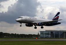 Самолет Sukhoi Superjet 100 авиакомпании Аэрофлот приземляется во время авиашоу на юге Англии, 8 июля 2012 года. Чистая прибыль крупнейшего российского авиаперевозчика Аэрофлота по международным стандартам упала в 53 раза до $7,1 миллиона в первом полугодии 2012 года, сообщила компания в среду. REUTERS/Luke MacGregor