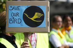 """Член профсоюза """"UFO"""" держит табличку с надписью """"Спасите нашу птицу"""" во время забастовки бортпроводников Lufthansa во Франкфурте-на-Майне, 4 сентября 2012 года. Немецкую авиакомпанию Lufthansa ждет в пятницу новая 24-часовая забастовка бортпроводников, требующих повышения зарплаты и улучшения условий труда. REUTERS/Kai Pfaffenbach"""