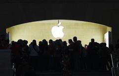 Покупатели заходят в новый магазин Apple в Нью-Йорке, 9 декабря 2011 года. Apple Inc собирает 12 сентября в Сан-Франциско гостей, и ожидается, что мероприятие станет ничем иным, как показом долгожданного iPhone 5. REUTERS/Eduardo Munoz