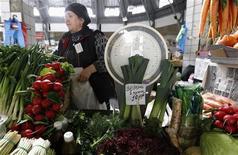 Женщина продает зелень на городском рынке в Санкт-Петербурге, 5 апреля 2012 г. Инфляция в РФ ускорилась за период с 28 августа по 3 сентября до 0,2 процента после нулевого прироста неделей ранее на фоне очередной индексации тарифов ЖКХ. REUTERS/Alexander Demianchuk