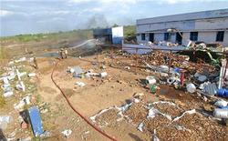 Пожарные работают на месте пожара на заводе по производству фейерверков в южном штате Индии Тамилнад, 5 сентября 2012 г. По меньшей мере 33 человека погибли в результате пожара на заводе по производству фейерверков в южном штате Индии Тамилнад, десятки людей ранены, сообщила полиция в среду. REUTERS/Stringer India