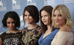 """Atriz norte-americana Vanessa Hudgens (esq. para dir), Selena Gomez, Rachel Korine e Ashley Benson posam para chamada de fotos do filme """"Spring Breakers"""" durante o 69o Festival Internacional de Cinema de Veneza. 05/09/2012 REUTERS/Max Rossi"""