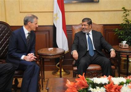 Norwegian Foreign Minister Jonas Gahr Store (L) talks with Egypt's President Mohamed Mursi during their meeting in Cairo September 5, 2012. REUTERS/Egyptian Presidency/Handout