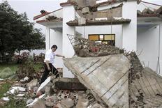 Министр по общественной безопасности Коста-Рики Марио Замора ходит по руинам обрушевшейся из-за землетрясения католической церкви в Беллависте, 5 сентября 2012 года. Коста-Рика осталась относительно невредимой и обошлась без человеческих жертв после мощного землетрясения, произошедшего в стране в среду. REUTERS/Zoraida Diaz
