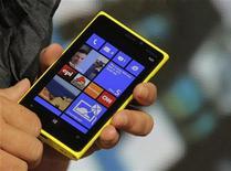 Топ-менеджер Nokia показывает новый смартфон Lumia 920 на презентации в Нью-Йорке, 5 сентября 2012 года. Новый смартфон Nokia, получивший название Lumia, не вызвал оптимизма у рынка, желавшего увидеть прорывной продукт. REUTERS/Brendan McDermid