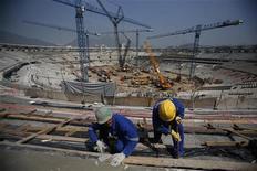 Funcionários trabalham na reforma do Estádio do Maracanã para a Copa do Mundo de 2014, no Rio de Janeiro. Segundo o governo do Estado do Rio de Janeiro, e até o fim do mês 70 por cento do novo estádio estará concluído. 03/09/2012 REUTERS/Ricardo Moraes