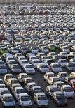 Рабочий завода General Motors в Асаке, Узбекистан, идет мимо сошедших с конвейера автомобилей 29 августа 2012. 94 процента новых автомобилей, проданных в Узбекистане в прошлом году, сошли с конвейера General Motors - нигде в мире у американского автогиганта нет такой же большой доли рынка. REUTERS/Shamil Zhumatov