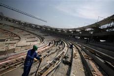 Trabalhadores são vistos durante renovação do estádio do Maracanã, no Rio de Janeiro. A reabertura do Maracanã no ano que vem pode ser realizada com um amistoso entre Brasil e Inglaterra, disseram fontes nesta quinta-feira. 06/09/2012 REUTERS/Ricardo Moraes