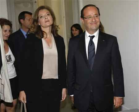 France's President Francois Hollande (R) and his companion Valerie Trierweiler visit the Jean Vilar house during the Avignon Festival, southern France, July 15, 2012. REUTERS/Claude Paris/Pool
