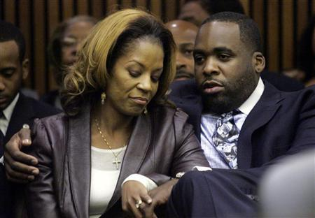 Former Detroit Mayor Kwame Kilpatrick sits in the court room with his wife Carlita as he waits for his sentencing hearing where he received a 120-day jail sentence in Detroit, Michigan October 28, 2008. REUTERS/Rebecca Cook
