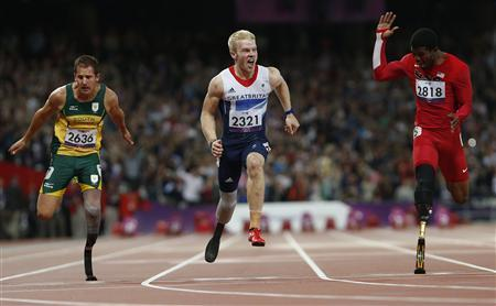 Britain's Jonnie Peacock (C) wins the men's 100m T-44 final ahead of South Africa's Amu Fourie (L) and Richard Browne of the U.S. in the Olympic Stadium at the London 2012 Paralympic Games September 6, 2012. REUTERS/Suzanne Plunkett