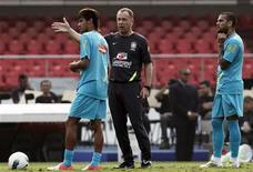 Mano Menezes comanda treino da seleção brasileira nesta quinta-feira, antes de amistoso contra a África do Sul. REUTERS/Nacho Doce