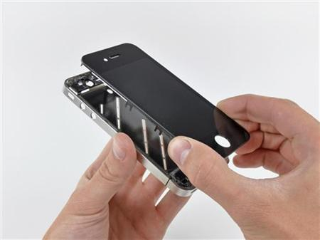 The front panel is removed from the iPhone 4 during iFixit's teardown of the phone in San Luis Obispo, California June 22, 2010. REUTERS/iFixit/Handout/Files