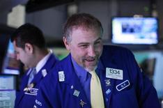 Трейдер работает в торговом зале фондовой биржи в Нью-Йорке, 6 сентября 2012 года. Американские акции поднялись до многомесячных максимумов в четверг, так как инвесторы обрадовались новой программе выкупа облигаций, направленной на борьбу с кризисом еврозоны, о которой объявил Европейский центробанк. REUTERS/Brendan McDermid