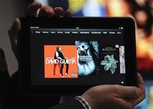 Мужчина демонстрирует новый планшет Kindle Fire от Amazon.com на презентации в Санта-Монике, 6 сентября 2012 года. Amazon.com Inc представил новый планшет Kindle Fire, который может стать конкурентом для iPad компании Apple Inc благодаря более низкой цене и богатому цифровому контенту. REUTERS/Gus Ruelas