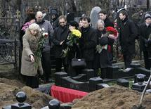 Родные и близкие у могилы Сергея Магнитскогоat на кладбище в Москве 20 ноября 2009. Кандидат в президенты США от республиканцев Митт Ромни поддержит закон о расширении торговых отношений США с Россией, только если Конгресс примет закон о преследовании российских нарушителей прав человека. REUTERS/Mikhail Voskresensky