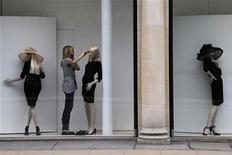 Женщина оформляет витрину магазина в Лондоне, 21 мая 2012 года. Лондон сохранил титул мировой столицы моды второй год подряд, превзойдя Нью-Йорк, Париж и Милан, согласно новому рейтингу Global Language Monitor. REUTERS/Stefan Wermuth