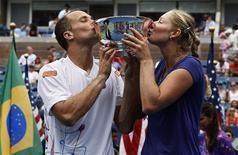 Brasileiro Bruno Soares e a russa Ekaterina Makarova comemoram o título do Aberto dos EUA em duplas mistas, em Nova York, nos EUA. Eles superaram Kveta Peschke, da República Tcheca, e o polonês Marcin Matkowski por 6-7(8), 6-1 e 12-10. 06/09/2012 REUTERS/Eduardo Munoz