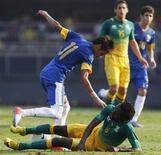 Neymar (E) e o Lerato Chabangu, da África do Sul, lutam pela bola durante o amistoso desta sexta-feira, no estádio do Morumbi, em São Paulo. 07/09/2012 REUTERS/Paulo Whitaker