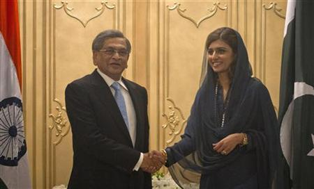 Pakistan's Foreign Minister Hina Rabbani Khar (R) shakes hands with her Indian counterpart S.M. Krishna before a meeting at the Foreign Ministry in Islamabad September 8, 2012. REUTERS/Mian Khursheed