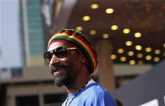"""Rapper Snoop Dogg participa de estreia do documentário """"Marley"""", em Hollywood. O rapper Snoop Dogg insiste que, por hora, tirou o """"Dogg"""" do nome para assumir uma nova identidade, Snoop Lion. Foto de Arquivo. 17/04/2012 REUTERS/Mario Anzuoni"""