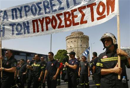 Firefighters march in front of city's landmark White Tower, as they protest against planned wage and pension cuts in the city of Thessaloniki in northern Greece September 8, 2012. REUTERS-Grigoris Siamidis